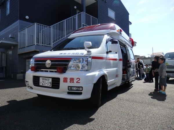 ⑳間近で見る救急車に興味津々・・